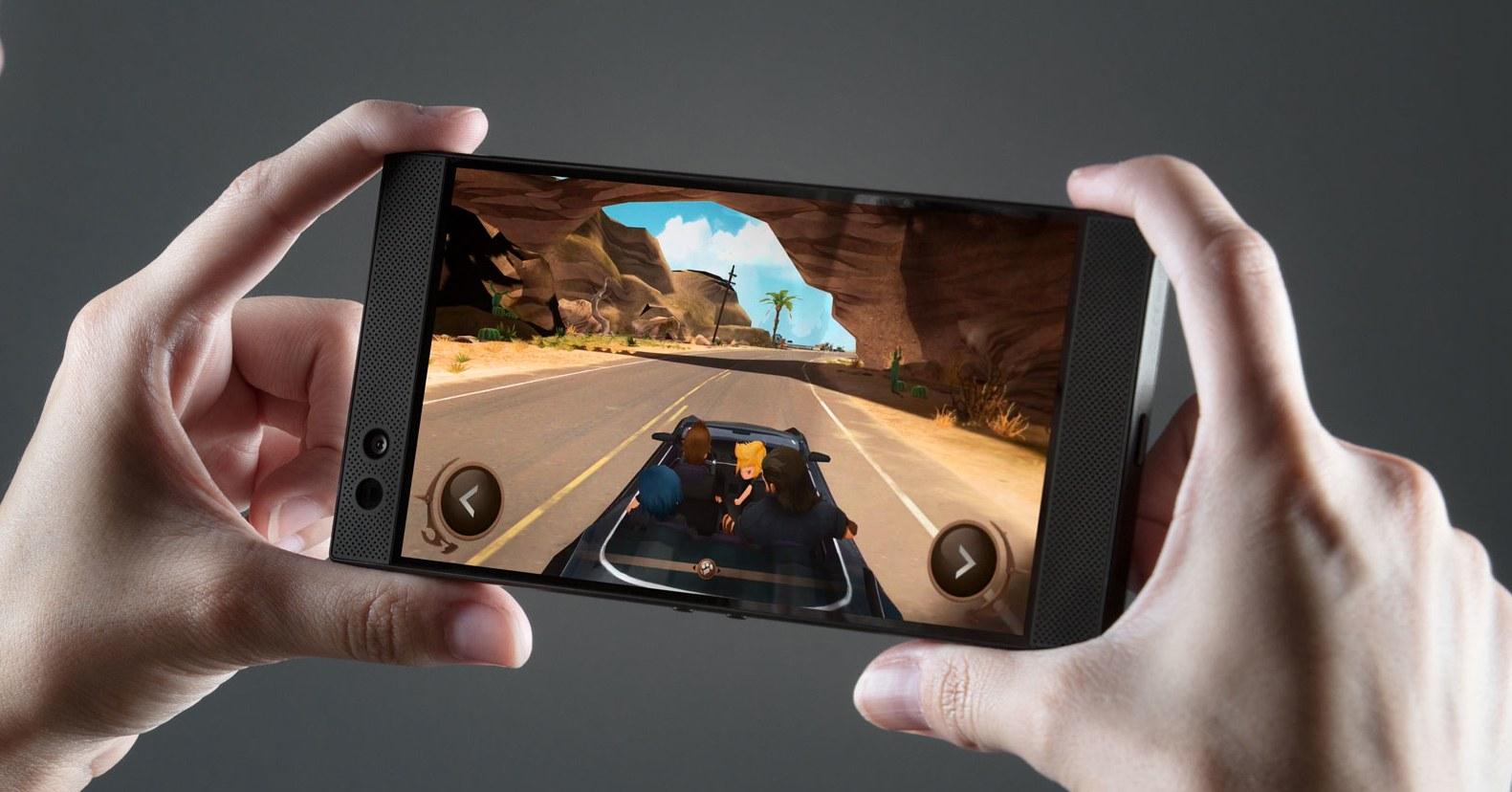 Фотография смартфона Razer Phone в руках в ландшафтной ориентации