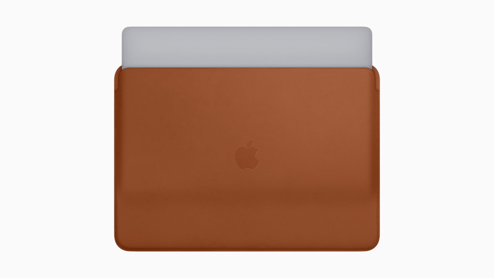 Изображение MacBook Pro 2018 в кожаном чехле коричневого цвета