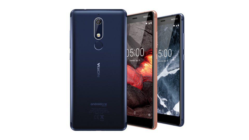 Изображение рендера телефонов Nokia 5.1 в корпусах синего и красного цветов сзади и спереди