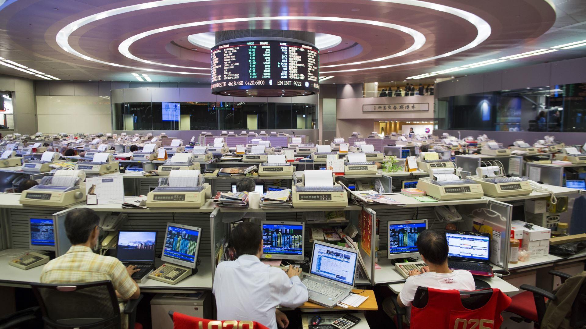 На изображении показана торговля акциями на бирже Гонконга