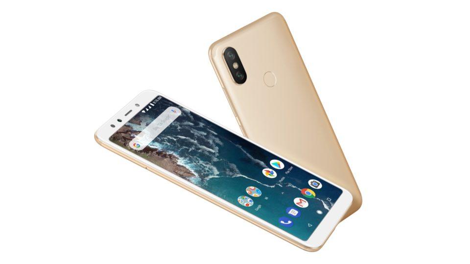 Изображение рендера телефона Xiaomi Mi A2 в корпусе золотого цвета спереди и сзади