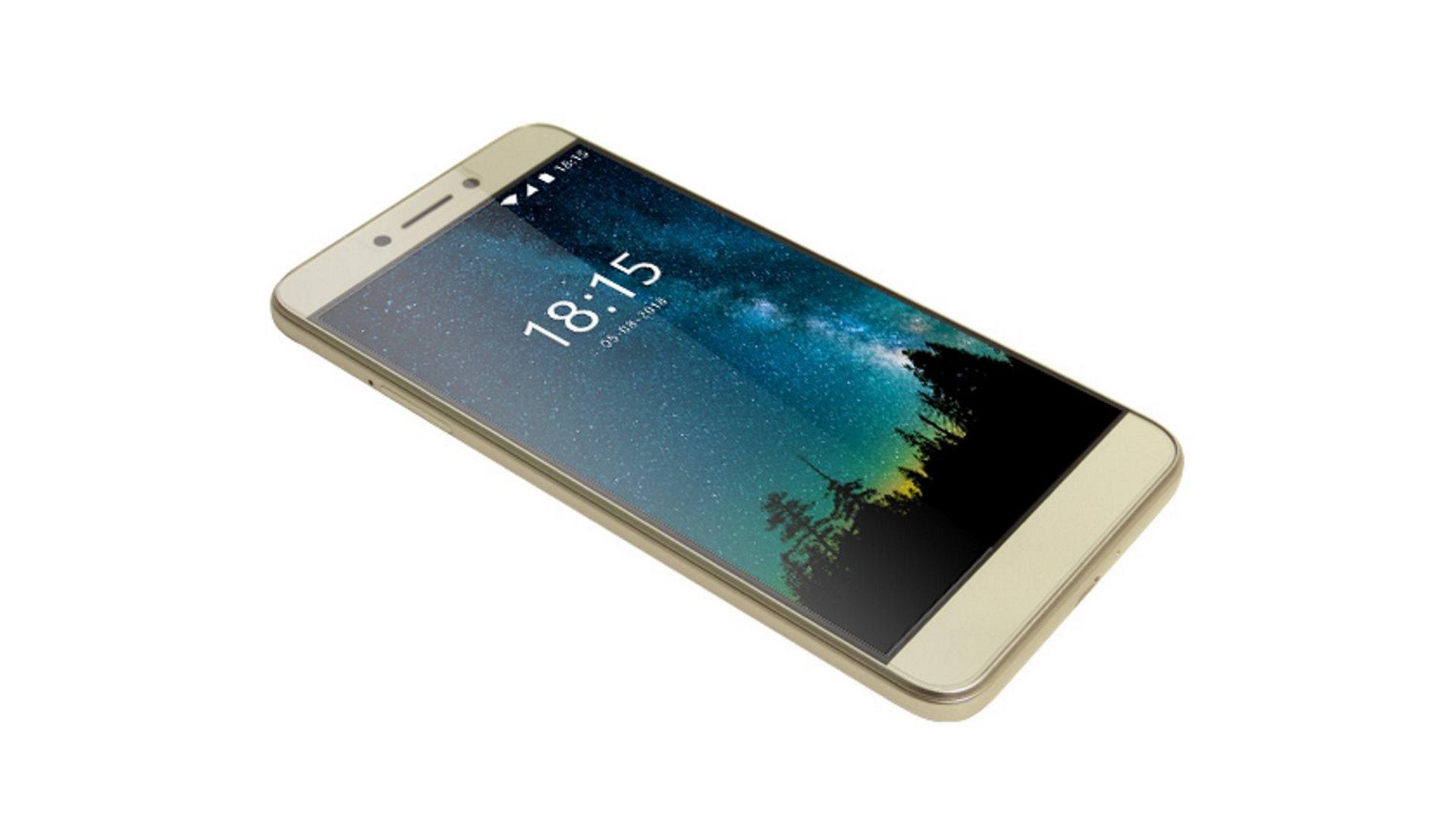 На иллюстрации изображён смартфон BQ-5517L Twin Pro золотого цвета под углом