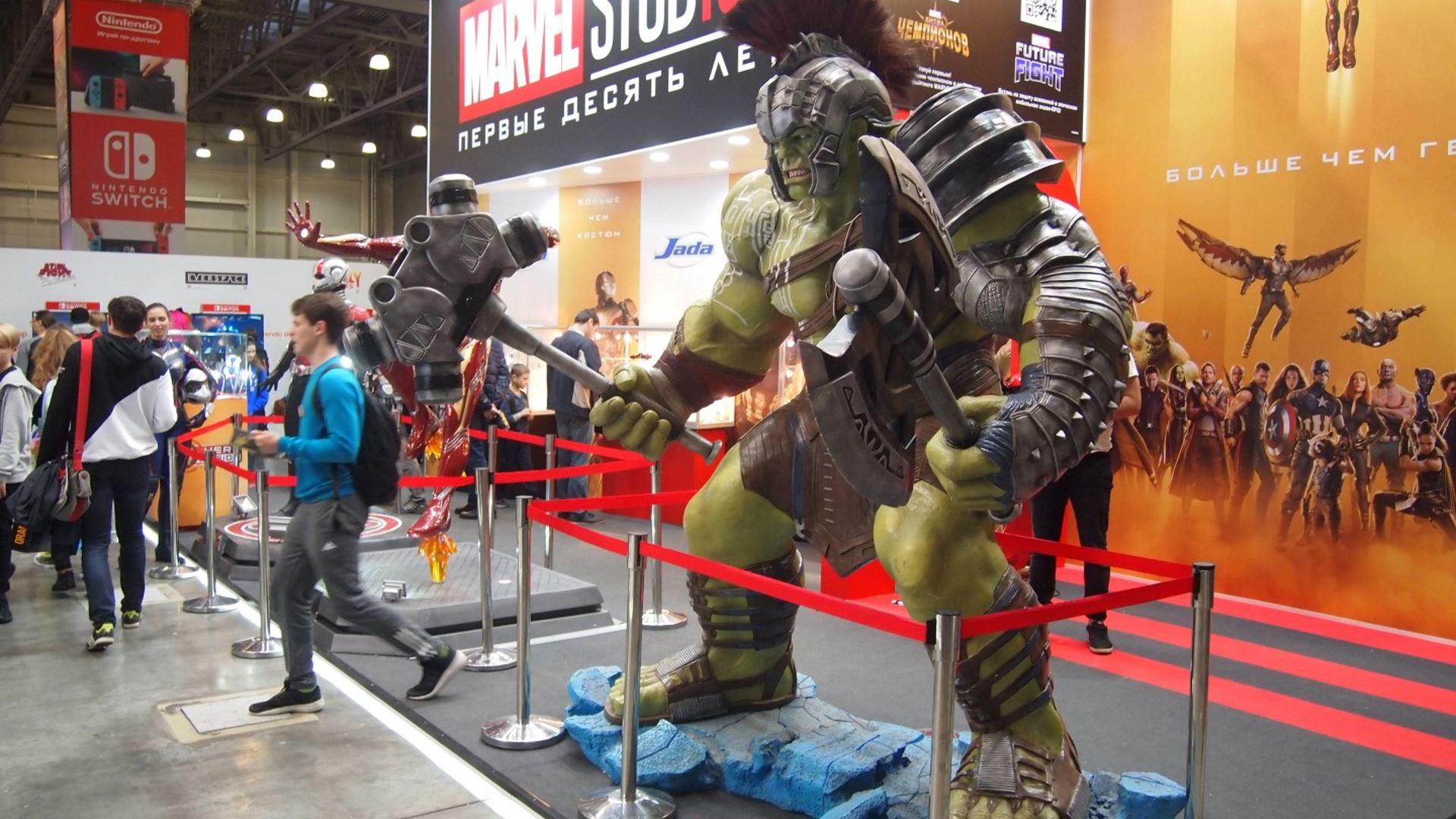На иллюстрации изображены ростовые фигуры из киновселенной Marvel на Comic Con Russia 2018