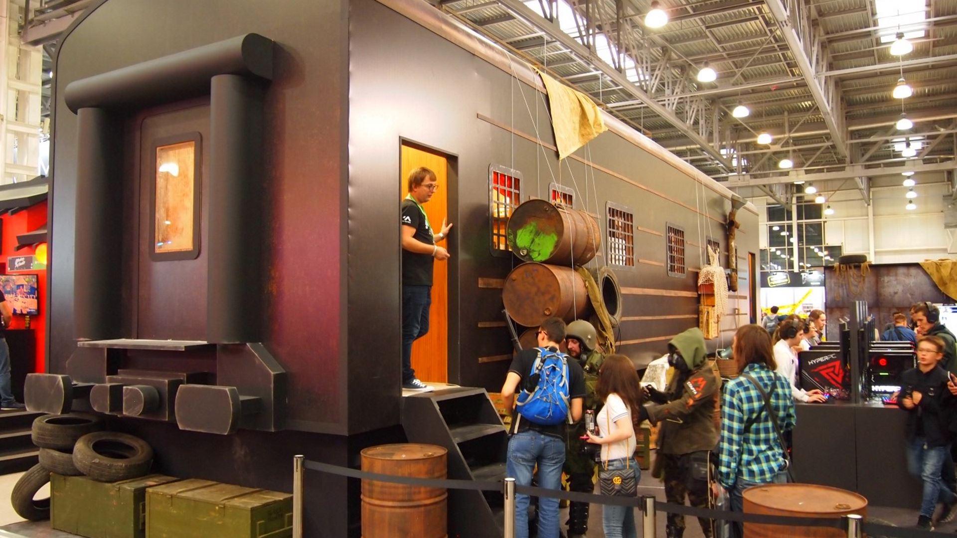 На иллюстрации изображён стенд игры «Метро: Исход» в виде железнодорожного вагона на выставке «ИгроМир 2018»