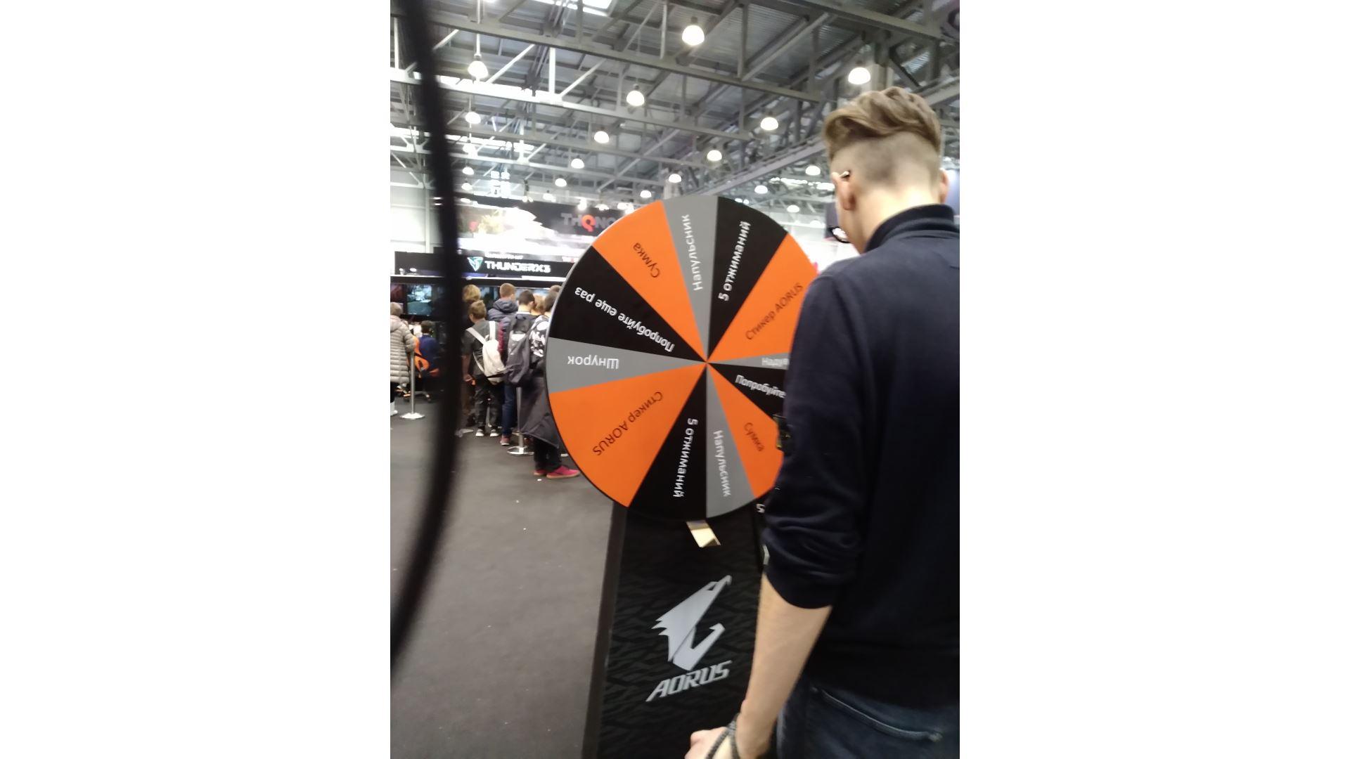 На иллюстрации изображён стенд компании GIGABYTE и колесо удачи с розыгрышем призов на выставке «ИгроМир 2018»