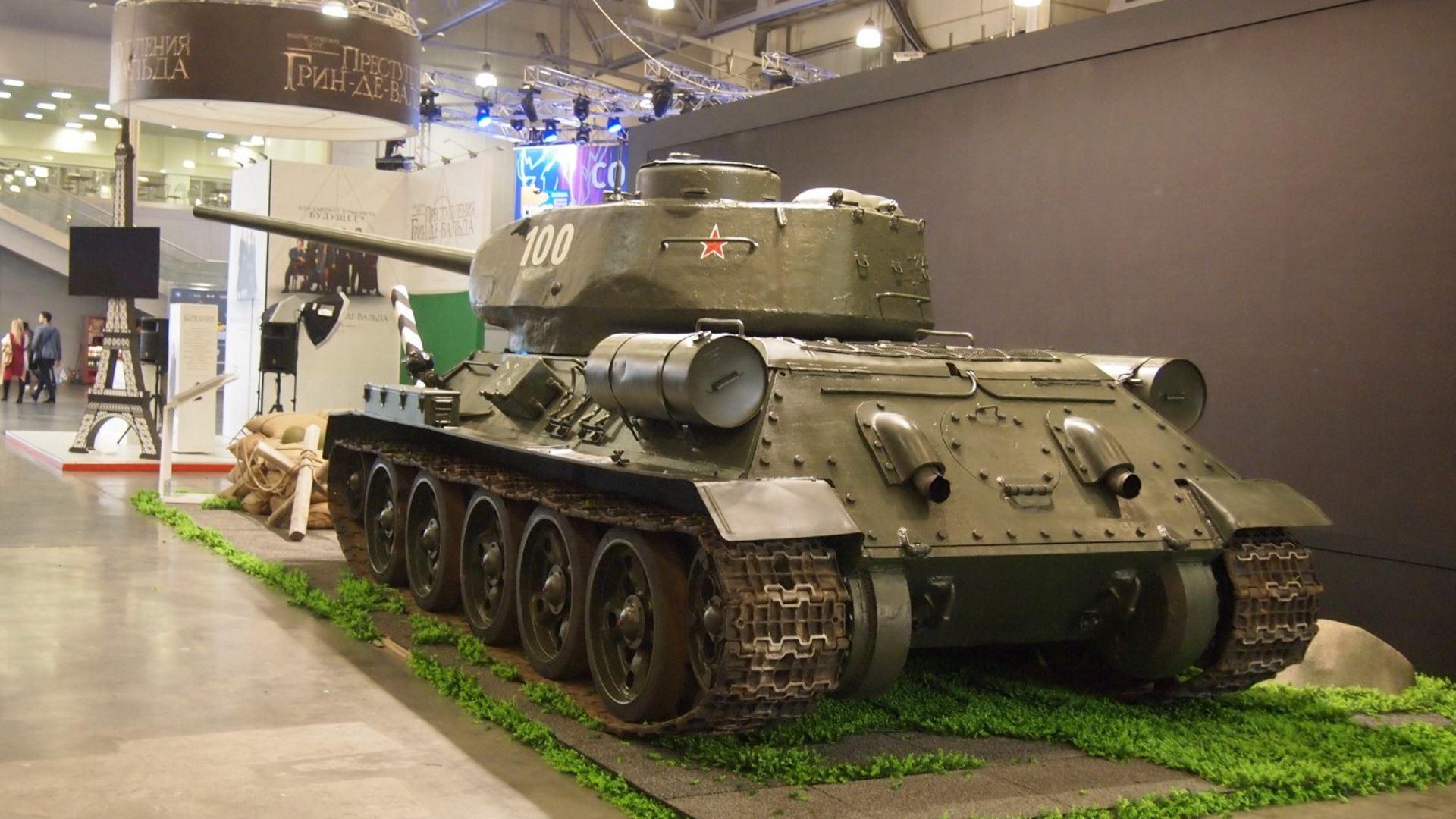 На иллюстрации изображён стенд с танком Т-34 на фестивале Comic Con Russia 2018