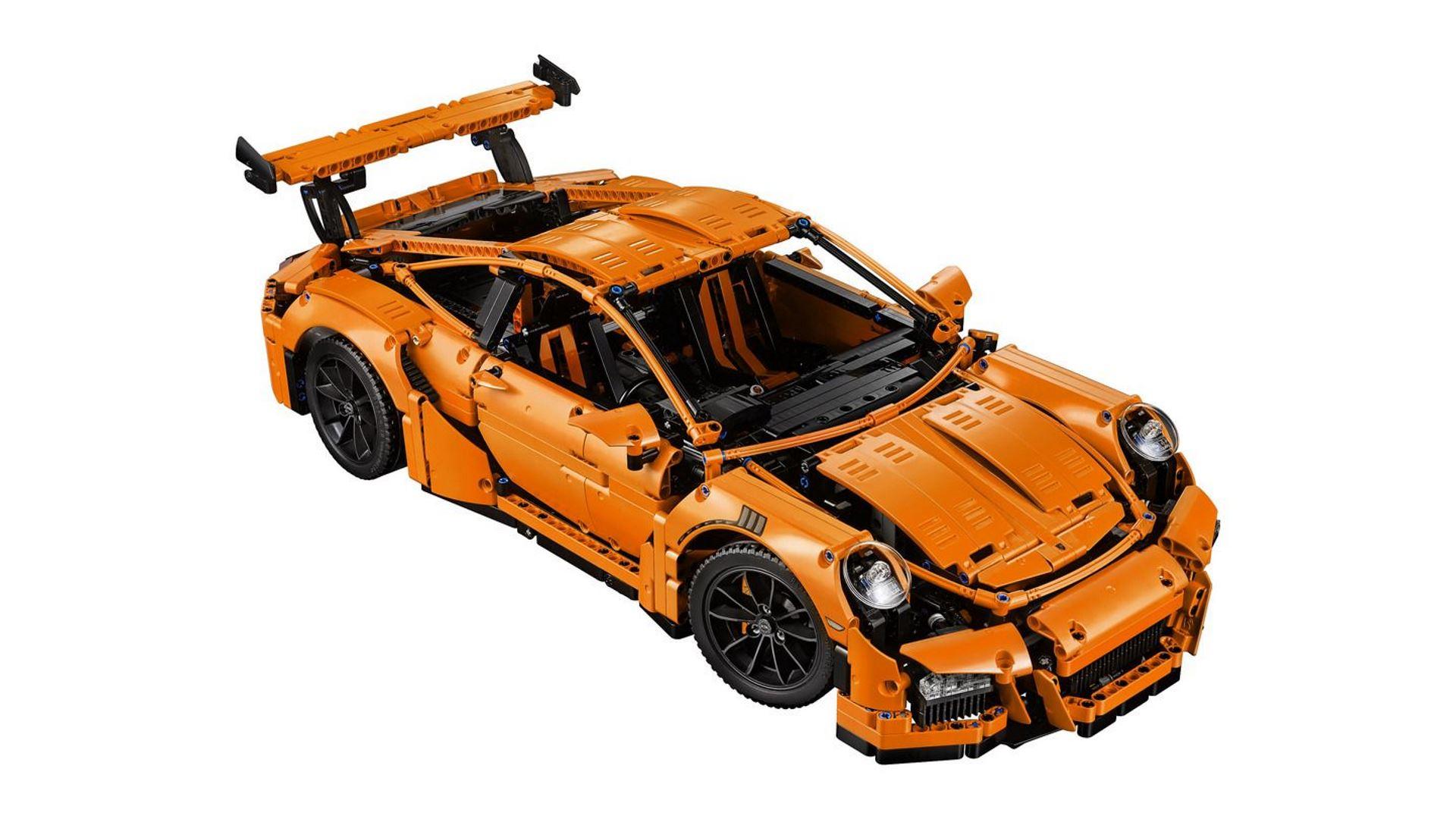 На иллюстрации изображена модель конструктора Lepin Technics Porsche 911 GT3 RS в сборке