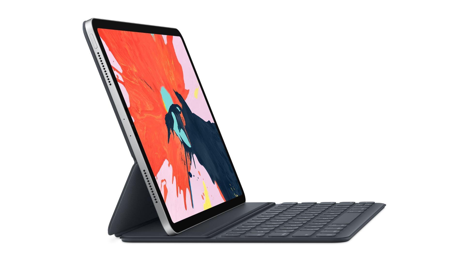 На иллюстрации изображён iPad Pro 2018 года с чехлом-клавиатурой Smart Keyboard Folio