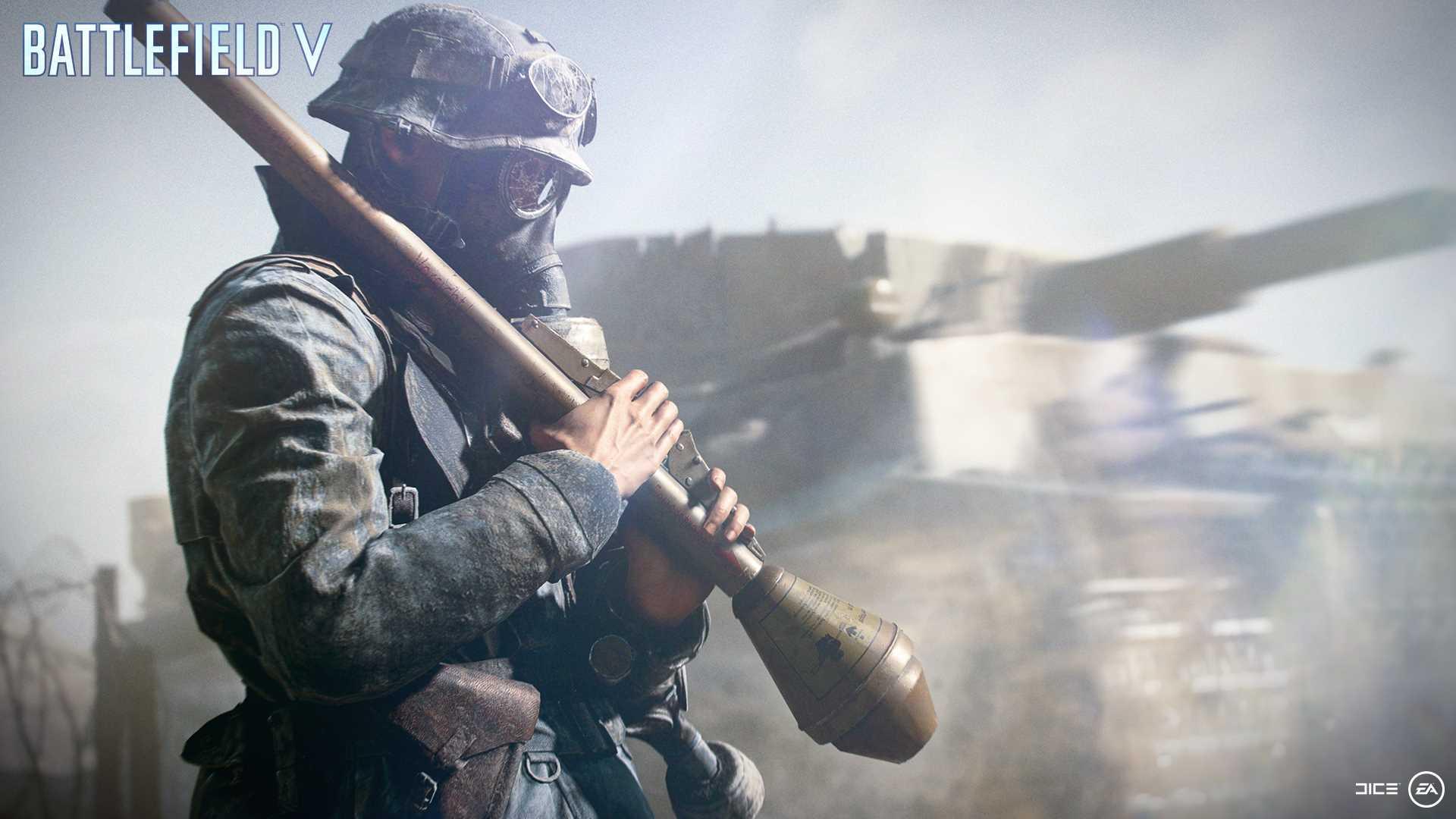 На иллюстрации изображена сцена из игры Battlefield V: штурмовик в противогазе и с гранатомётом в руках стоит на фоне танка